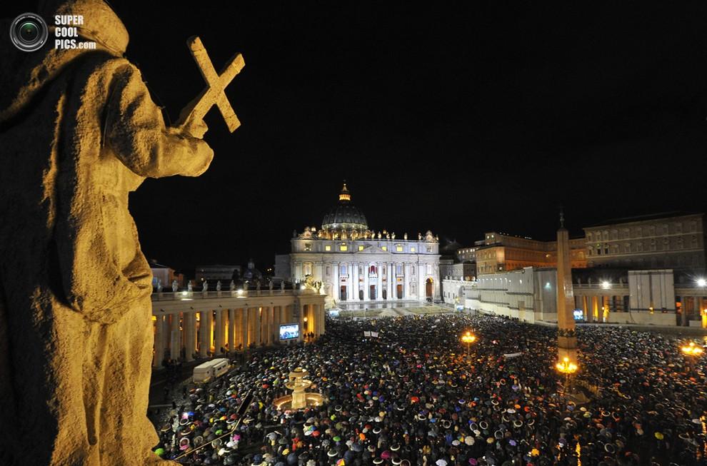 Католики со всего мира в ожидании появления дыма из трубы Сикстинской капеллы, Ватикан