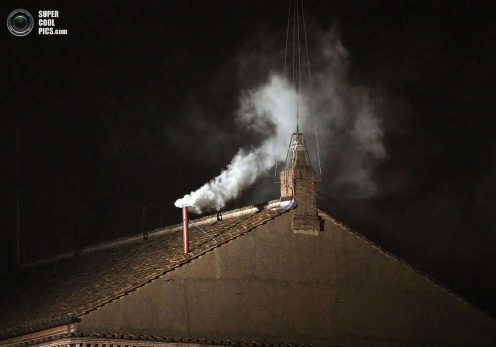 А вот и белый дым - новый Папа Римский избран!