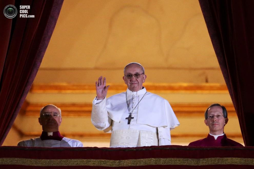 Хорхе Марио Бергольо, отныне Папа Римский Франциск I, приветствует многотысячную толпу с балкона