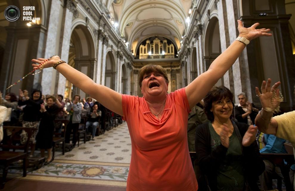 Прихожане Кафедрального собора Буэнос-Айреса празднуют избрание их кардинала главой Римско-католической церкви