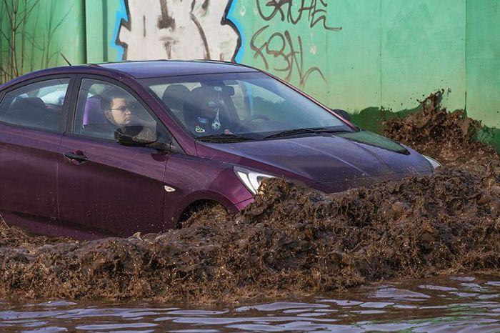 Весной автомобили превращаются в плавательные средства