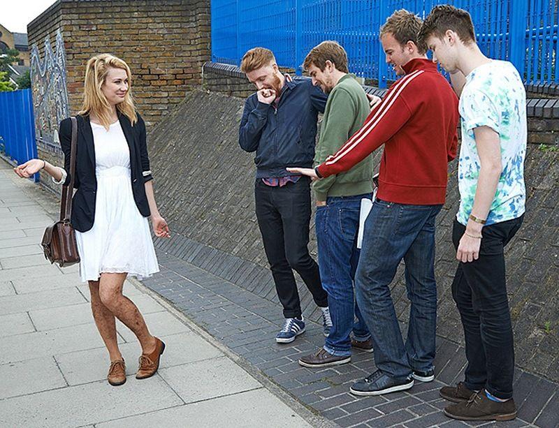 Тестирование колгот для девушек, защищающих от назойливых парней, в городских условиях