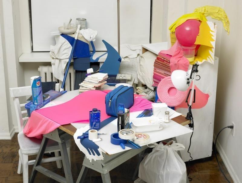 У художника на столе творческий беспорядок