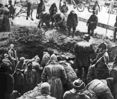 Строится первый мавзолей Ленина
