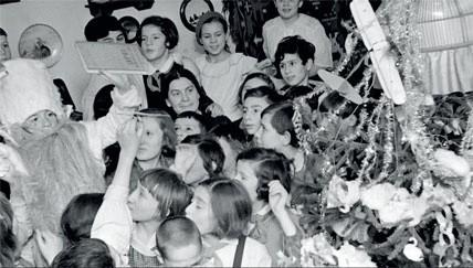 1937. Дед Мороз держит в руке «Курс истории ВКП(б)». Ученики 5-го класса школы №15 Октябрьского района Москвы радуются празднику
