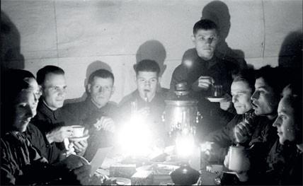 1942. Группа разведчиков Западного фронта встречает Новый год.