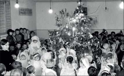1945. Сталинград возрождается. Ученики младших классов городской школы №65 веселятся в актовом зале
