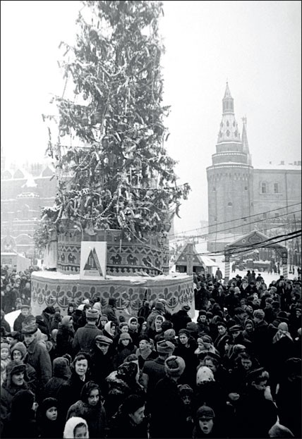 1946. Главная елка на Манежной площади. Снега выпало так много, что приходится увозить его грузовиками