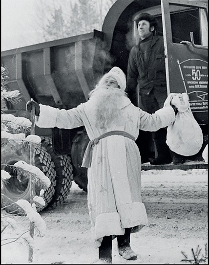 1975. Бригадир плотников М.Фистик поздравляет рабочих центральной базы СМП-391 управления Ангарстроя, расположенной в поселке Магистральном