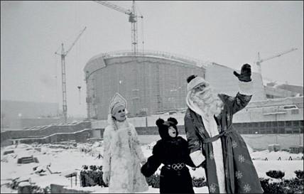 1980. Третий — олимпийский мишка. Участники представления в новом олимпийском комплексе рядом со стройплощадкой