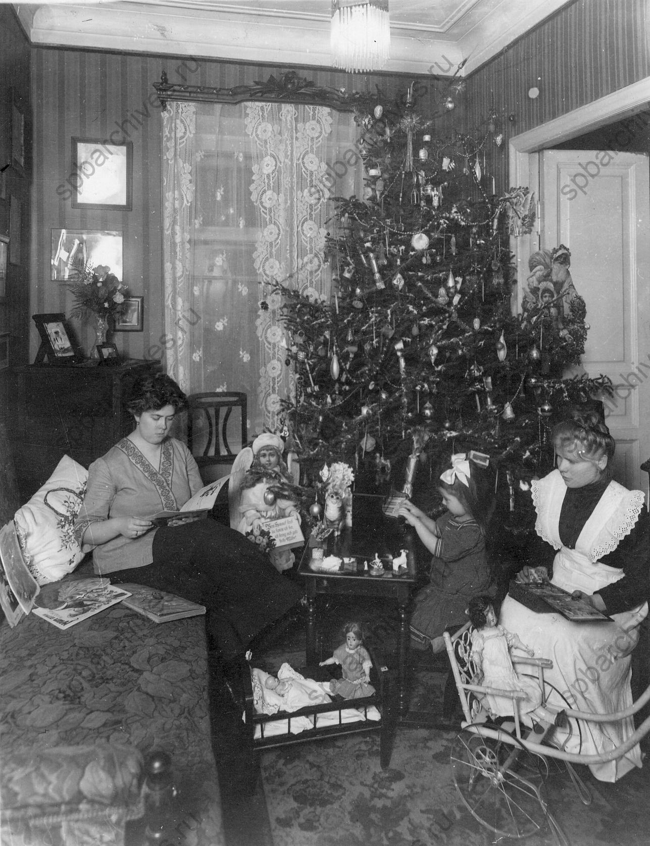 1912. Ребенок с мамой и няней около елки