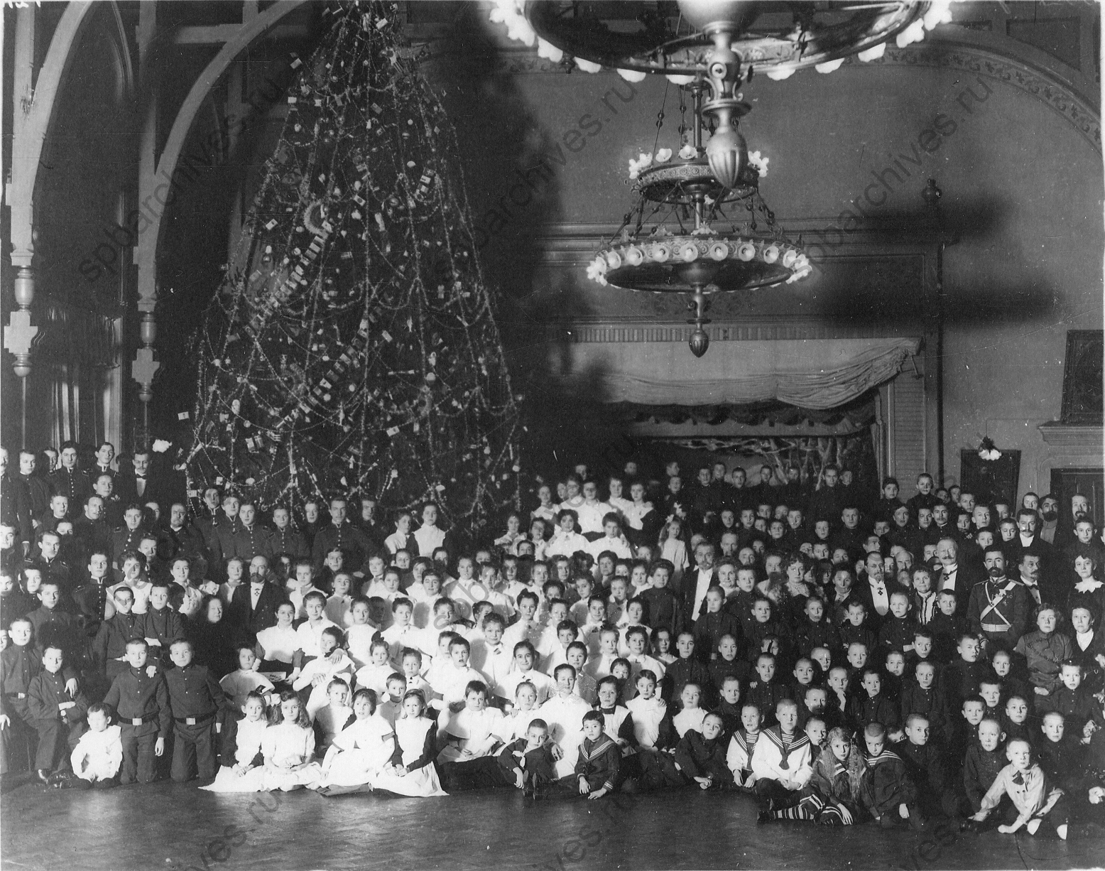 1913. Воспитанники приюта принца П.Г. Ольденбургского на новогодней елке