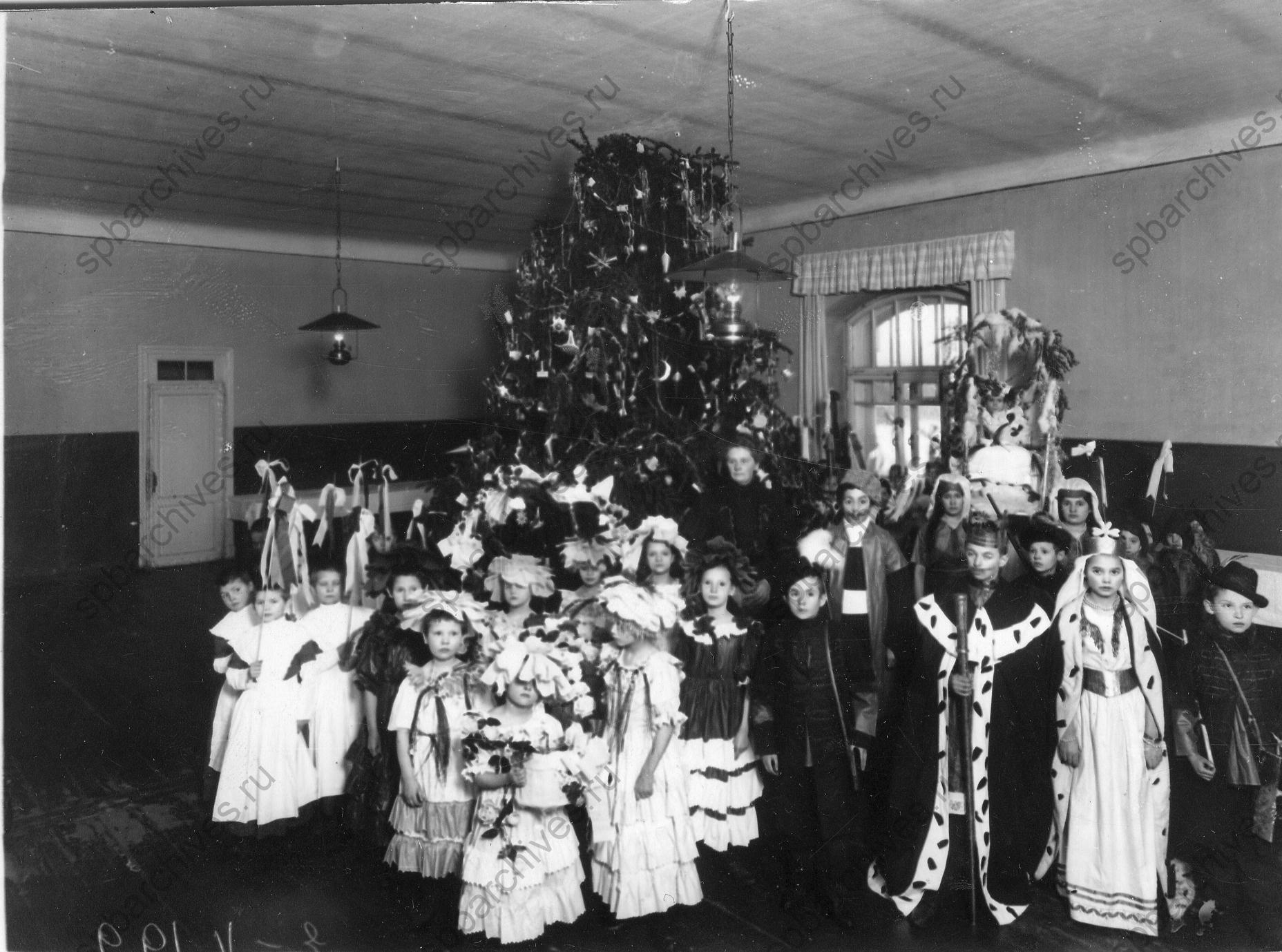 1913. Группа детей в маскарадных костюмах
