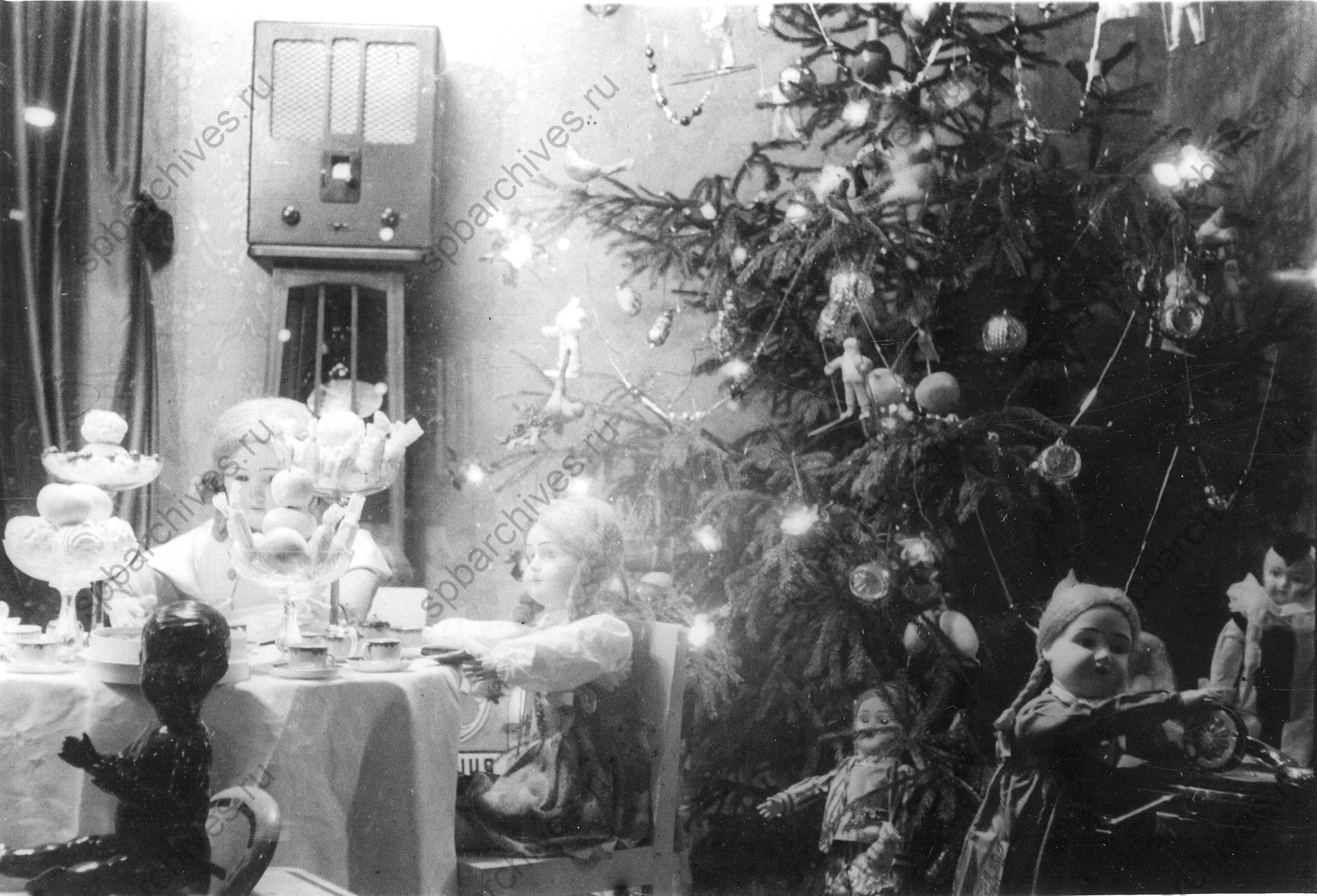 1936. Витрина новогодней елки в универмаге «Пассаж». Декабрь