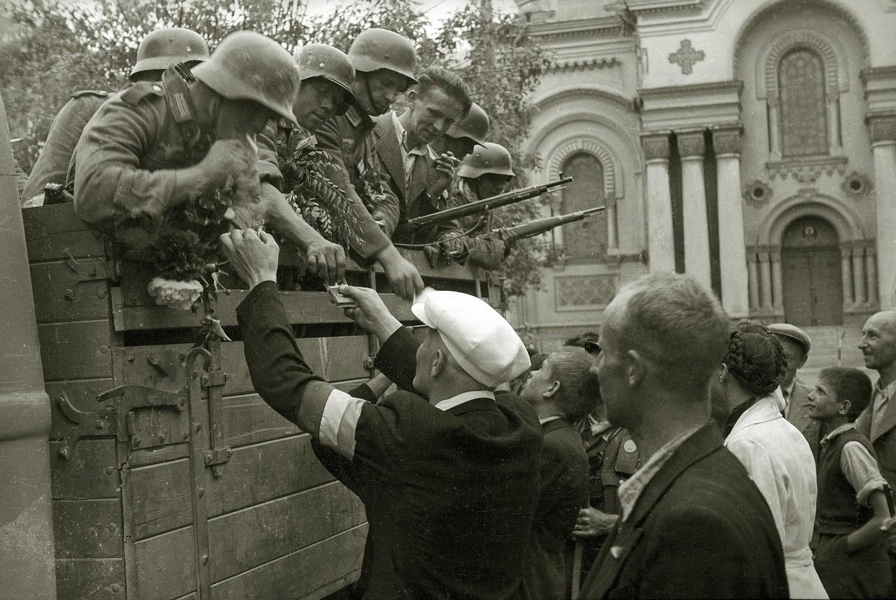 Местные жители встречают солдат вермахта на улице г. Каунас, 23 июня 1941