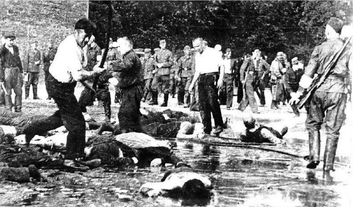 Литовцы добивают евреев во время резни в гараже Lietukis Каунас. 25 июня 1941