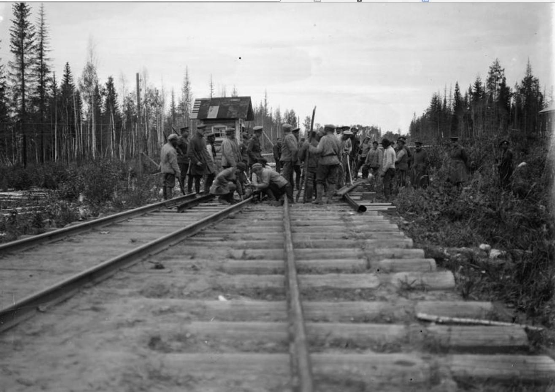 1919. Заключенные большевики, выполняющие техобслуживание железнодорожного пути. 15 сентября