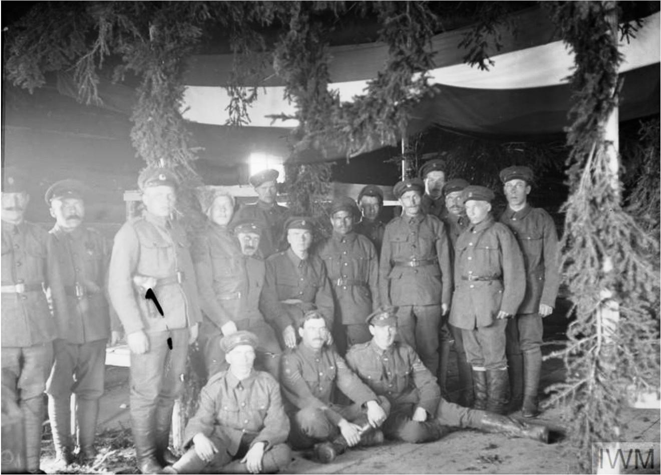 1919. Интерьер армейской казармы, украшенной на Пасху, Мурманск