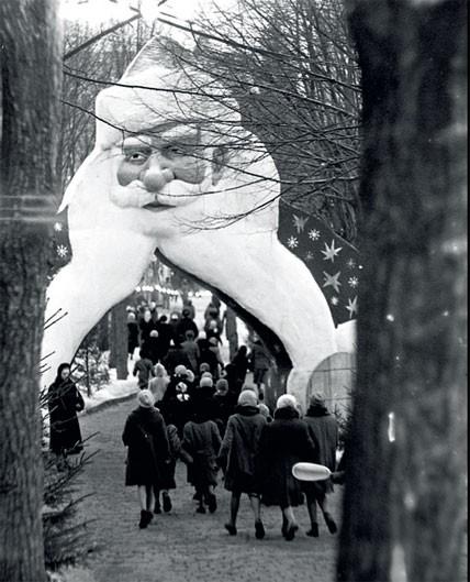 1961. Дед Мороз как ворота. У входа в Кремль во время детского праздника.