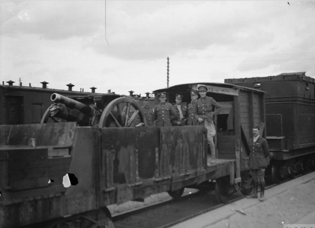 4.5-дюймовая гаубица на бронированном поезде