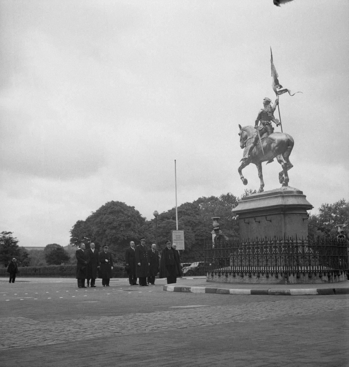 007. Перед монументом Жанны д'Арк, Площадь Пирамид