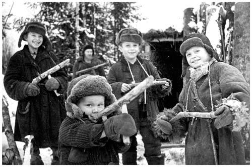1944 г. Ленинградская обл. На улице освобожденной от немцев деревни.