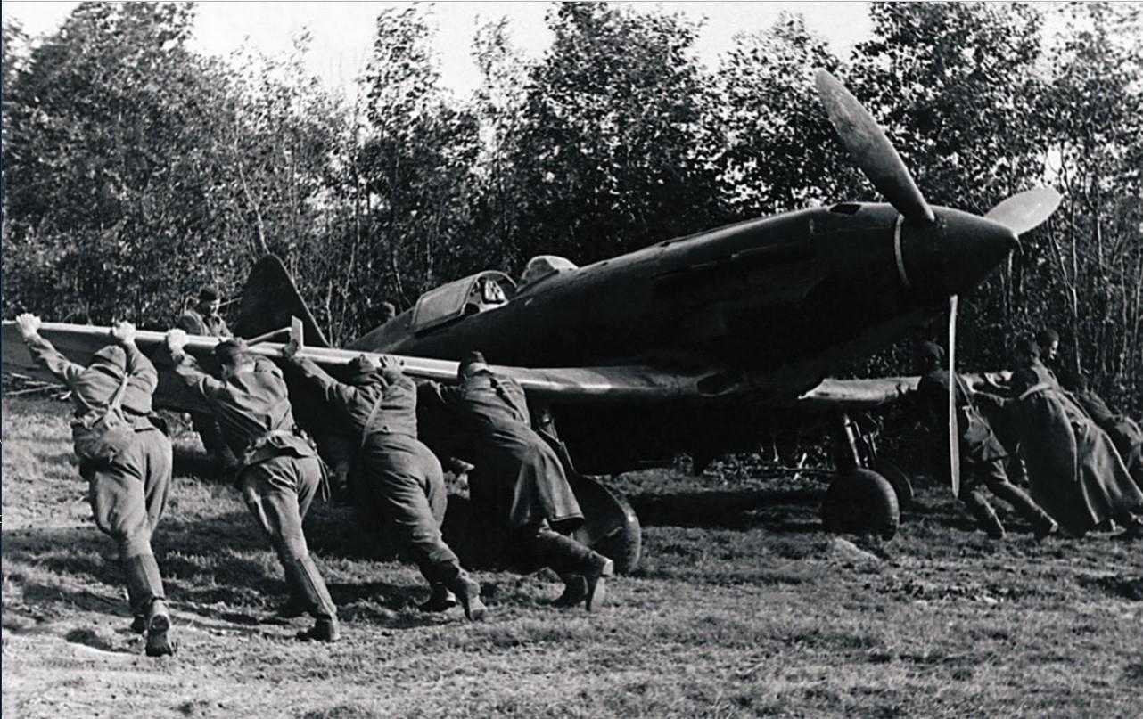 1941. На полевом аэродроме. Техники закатывают самолет в укрытие. Сентябрь