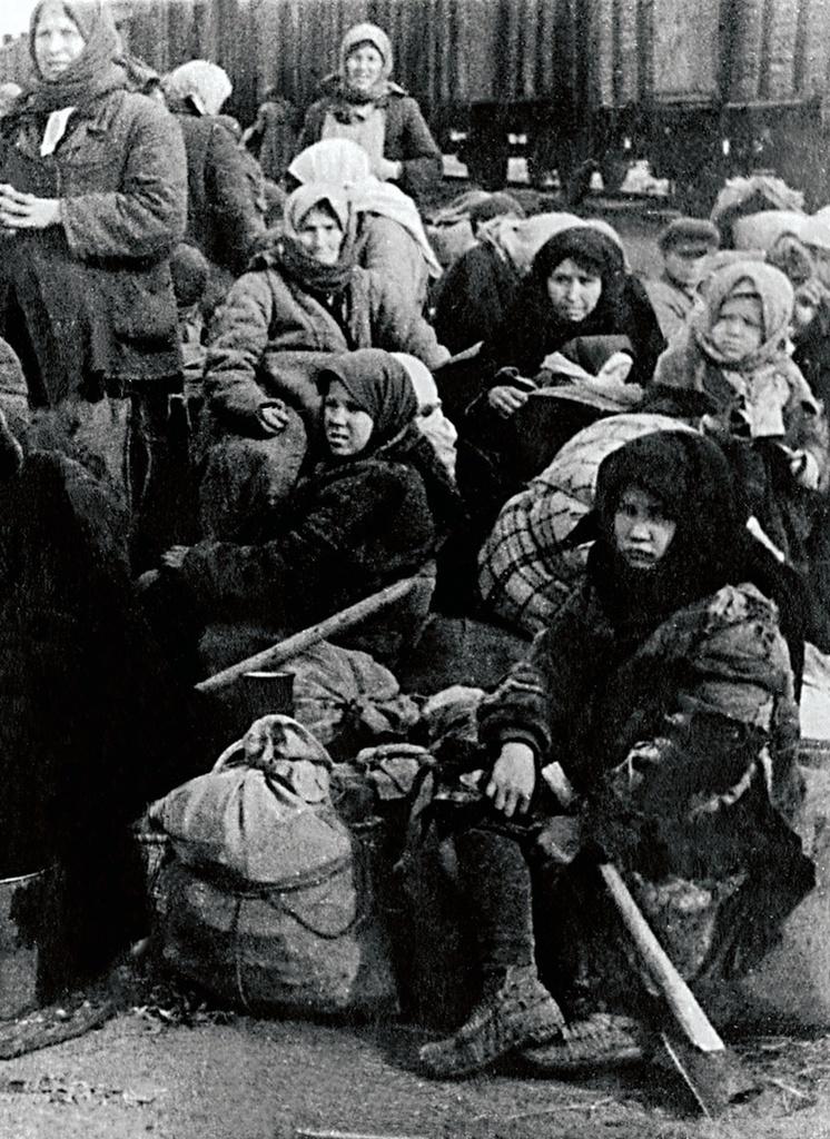 1941. Прифронтовая полоса. Женщины и дети ждут отправки состава на восток