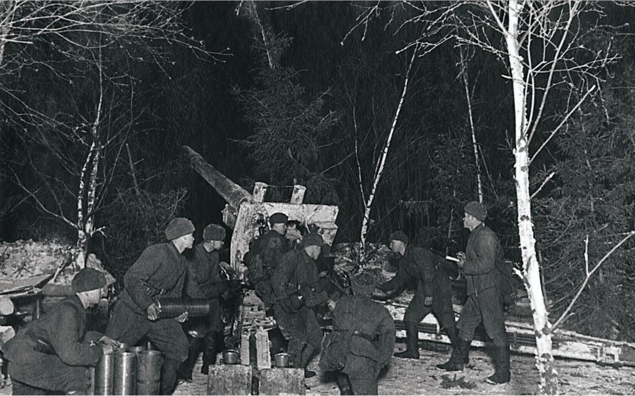 1942. Северо-Западный фронт. Ночью на огневой позиции. Орудийный расчет младшего сержанта ведет огонь по врагу