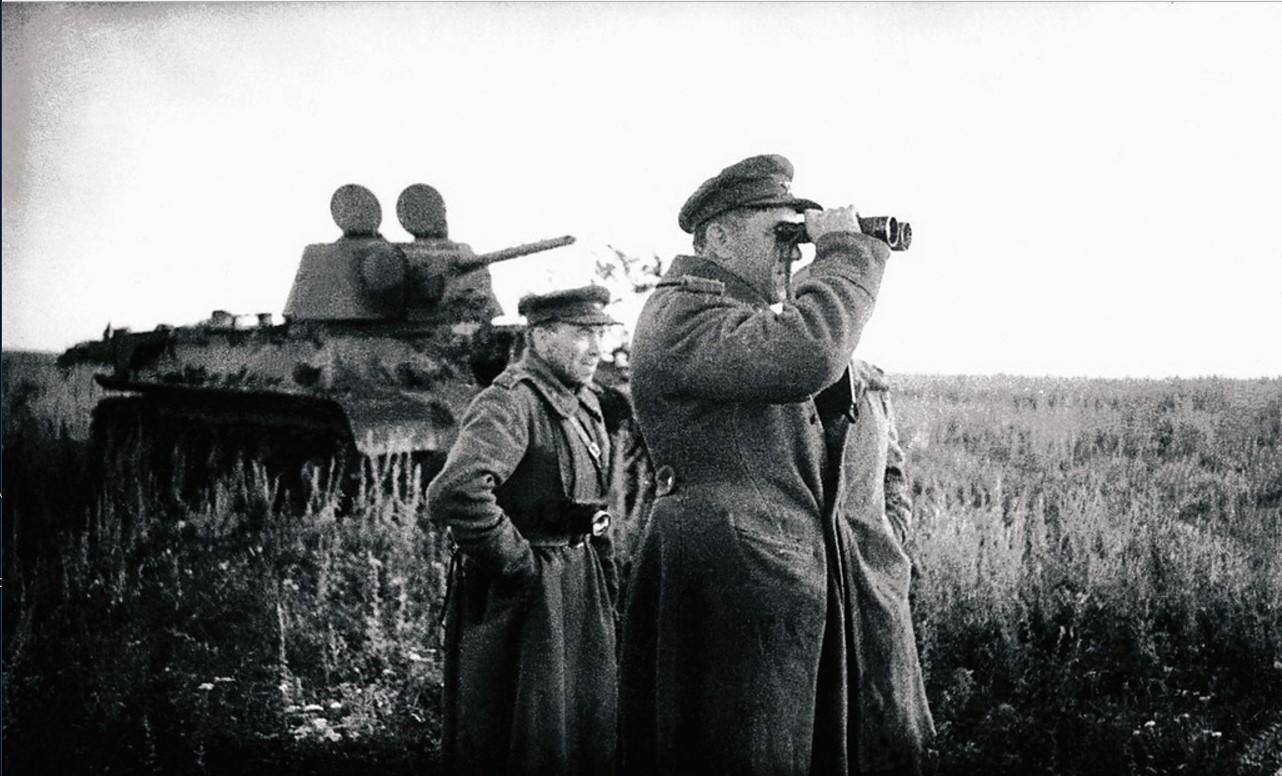 1943. 44-я гвардейская танковая бригада. Бои за освобождение Украины. Командный пункт во время боя. Командир бригады Михаил Леонов