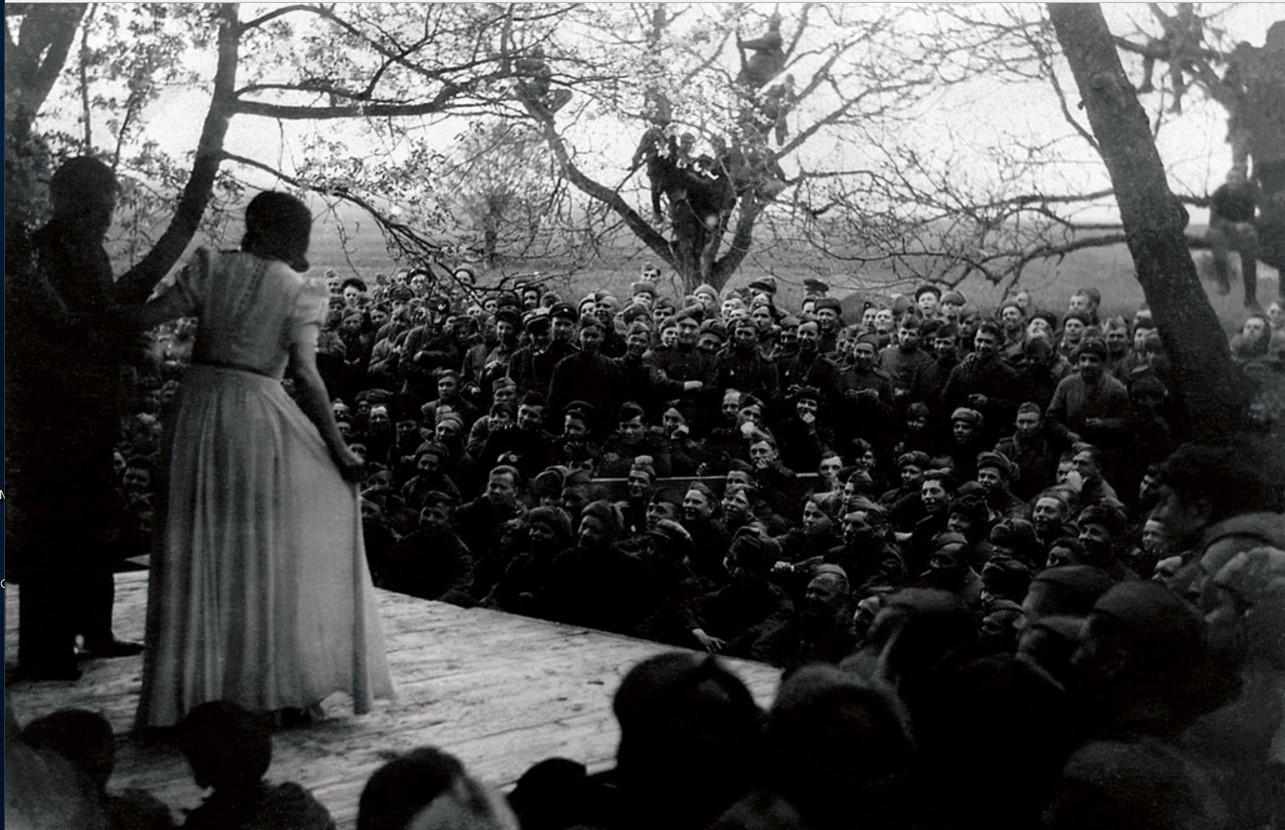 1943. Действующая армия. Выступление артистов перед бойцами гвардейской Краснознаменной танковой части