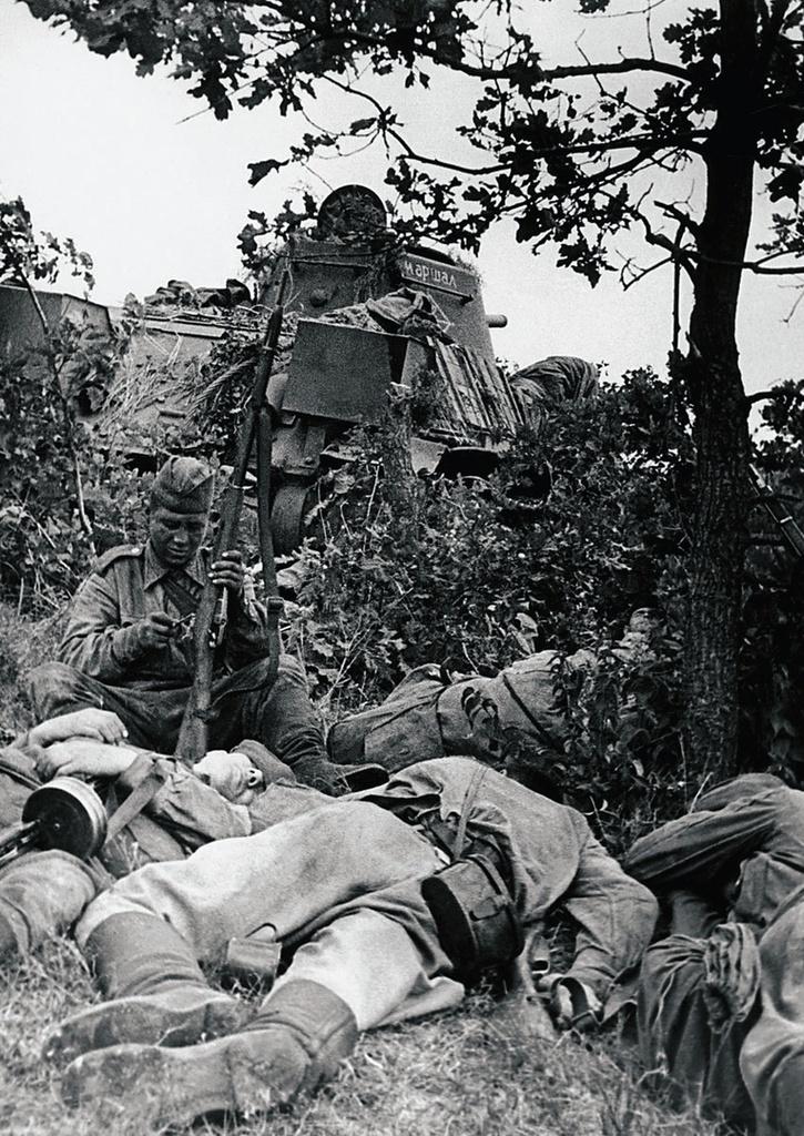 1943. Курская дуга. 44-я гвардейская танковая бригада. Танк «Маршал Чойбалсан». Танкисты на отдыхе