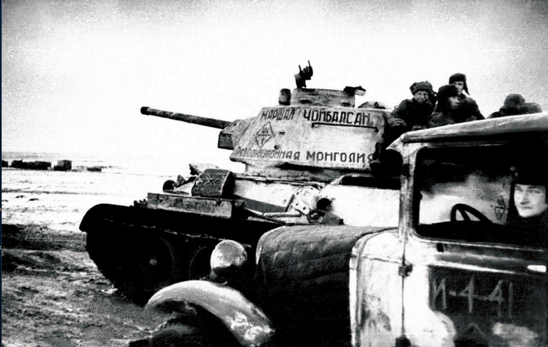 1943. Танковая колонна «Революционная Монголия». Танк «Маршал Чойбалсан» на марше