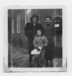 Астрид Линдгрен с детьми..jpg