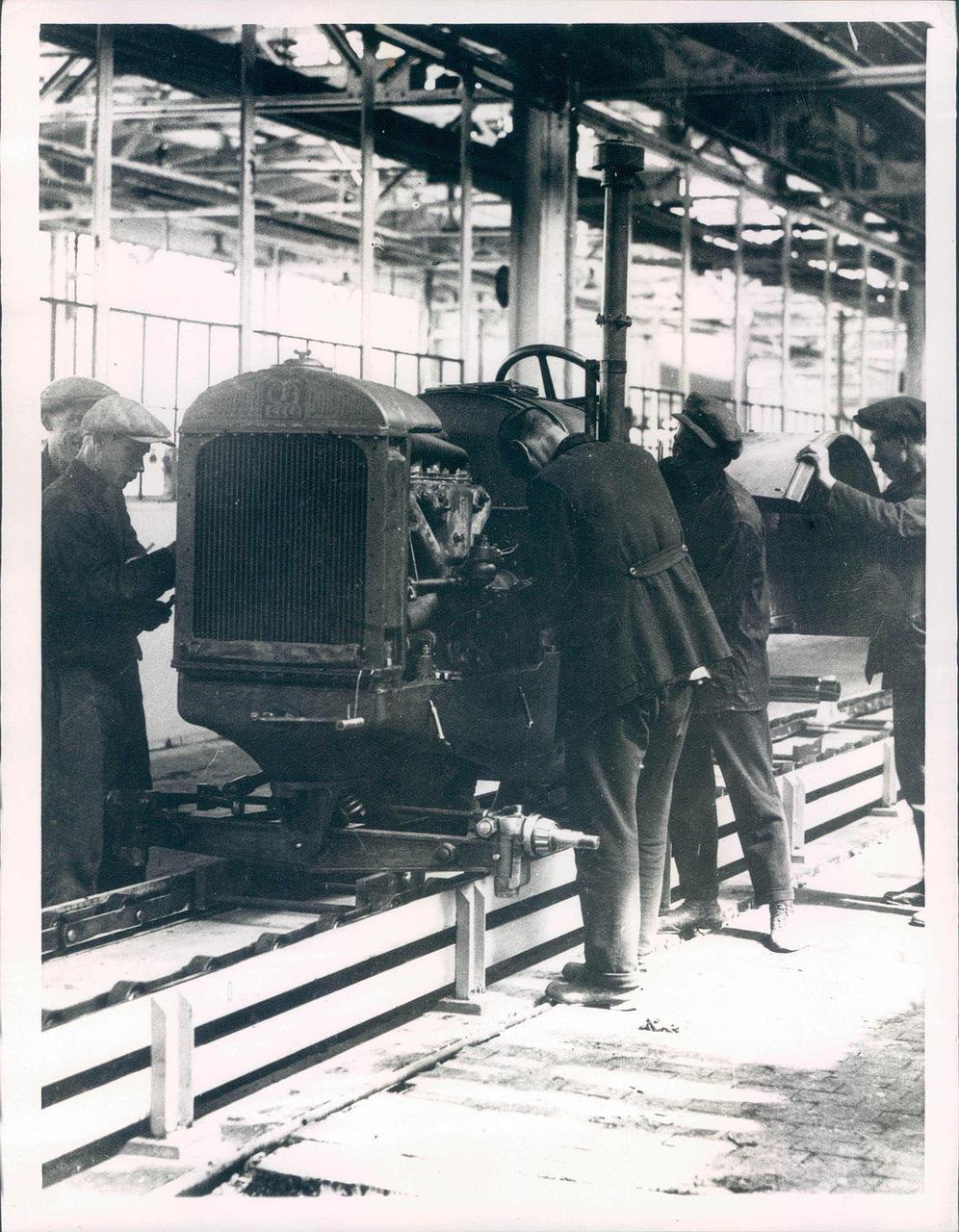 1930. Линия сборки тракторов