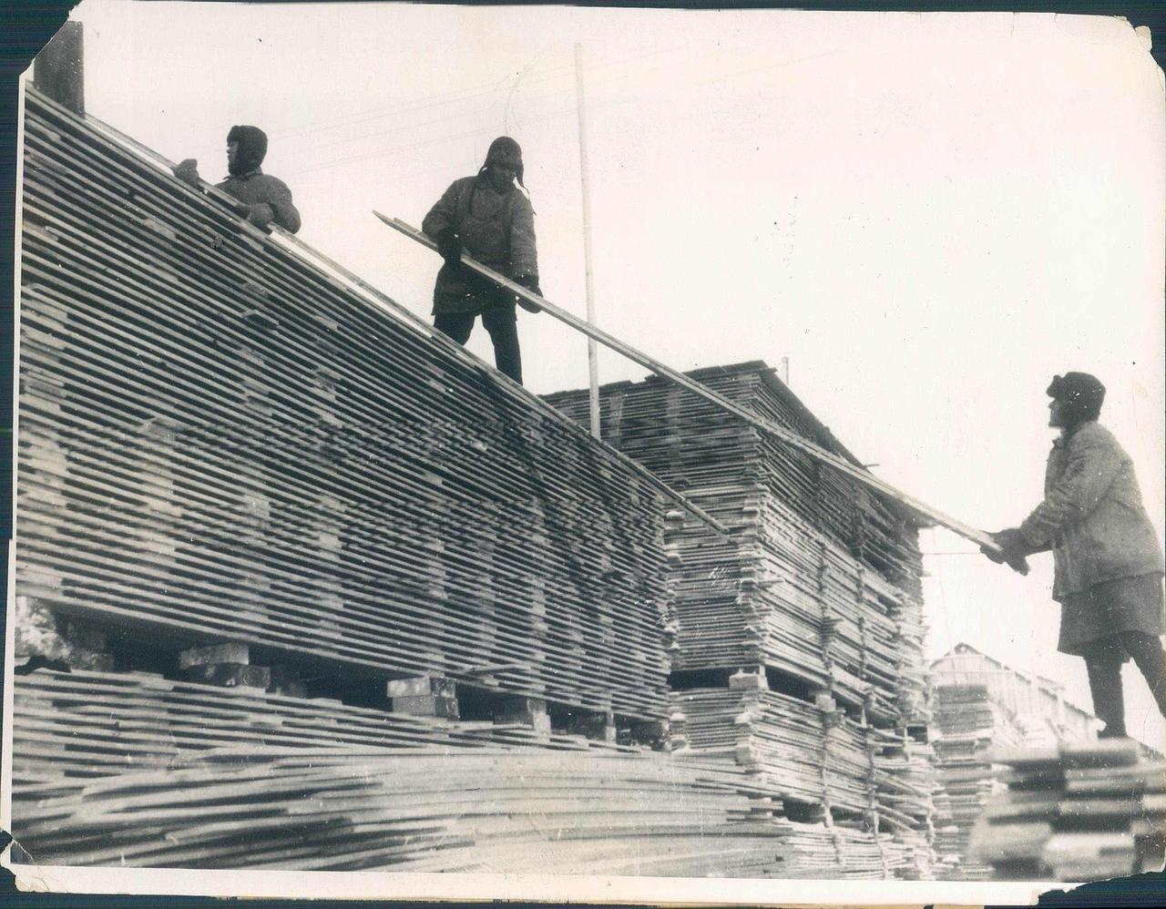 1931. Погрузка пиломатериалов