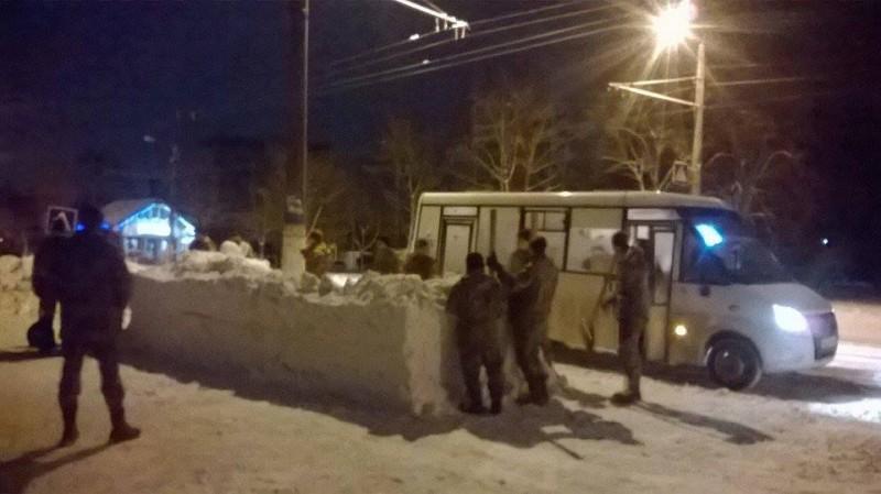 Курсантов учебного центра ВДВ заставили ночью лепить автобусную остановку из снега