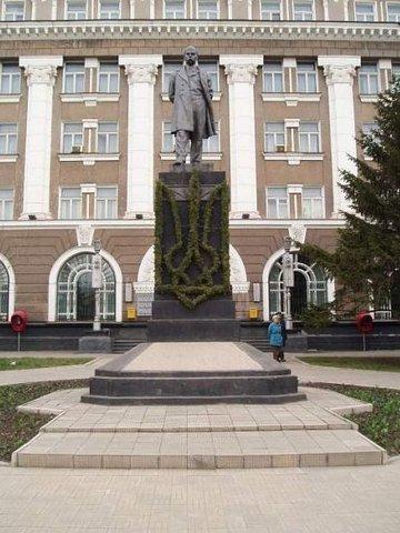 Памятник Шевченко в Кривом Роге
