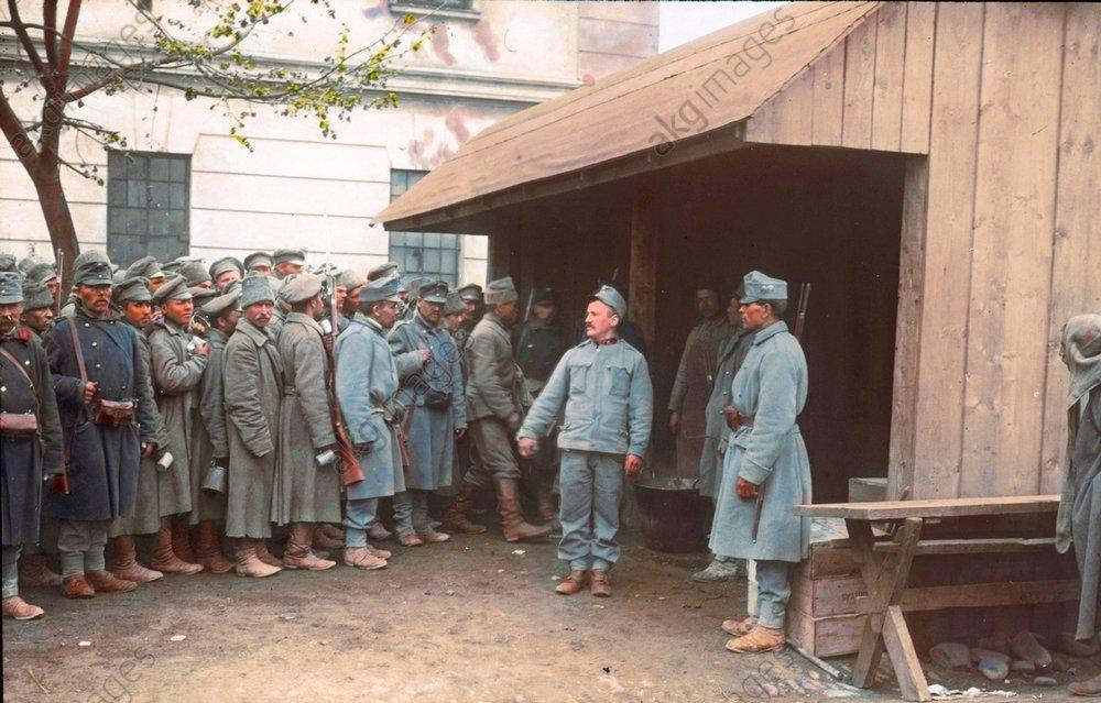 - Russian prisoners of war receive food -
