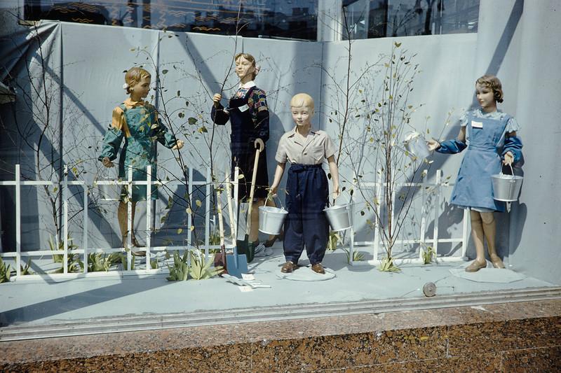 1959 Витрина в Москве. Harrison Forman.jpg