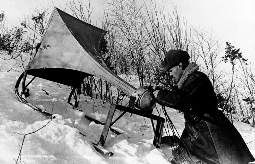 Солдат устанавливает громкоговоритель, чтобы транслировать пропаганду немецким солдатам, СССР, 21 апреля 1942 года