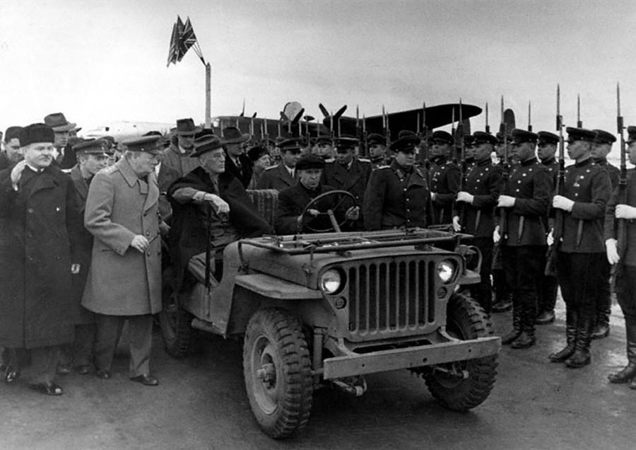 Смотр почетного караула В.М. Молотов, У. Черчилль, Ф. Рузвельт и другие.
