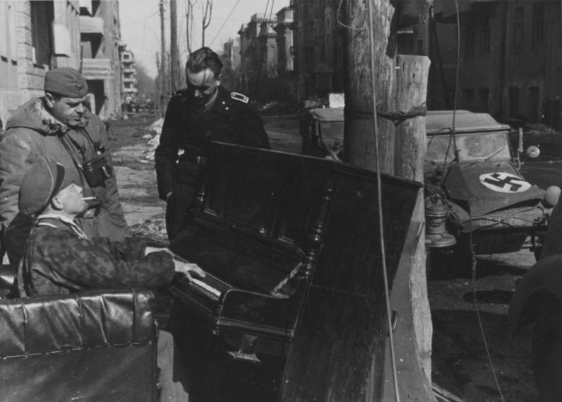 Пианино_Унтер-офицеры СС слушают игру на пианино на улице оккупированного Харькова