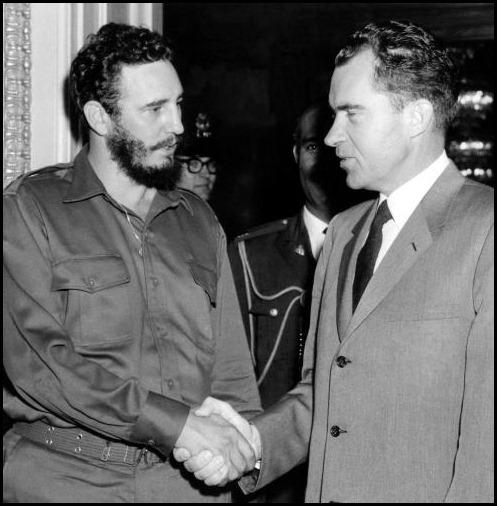 Фидель Кастро  пожимает руку  вице-президента  США Ричарду  Никсону  после переговоров в Вашингтоне 19 апреля 1959