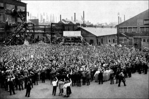 1918 г. Клятва верности флагу США на заводе