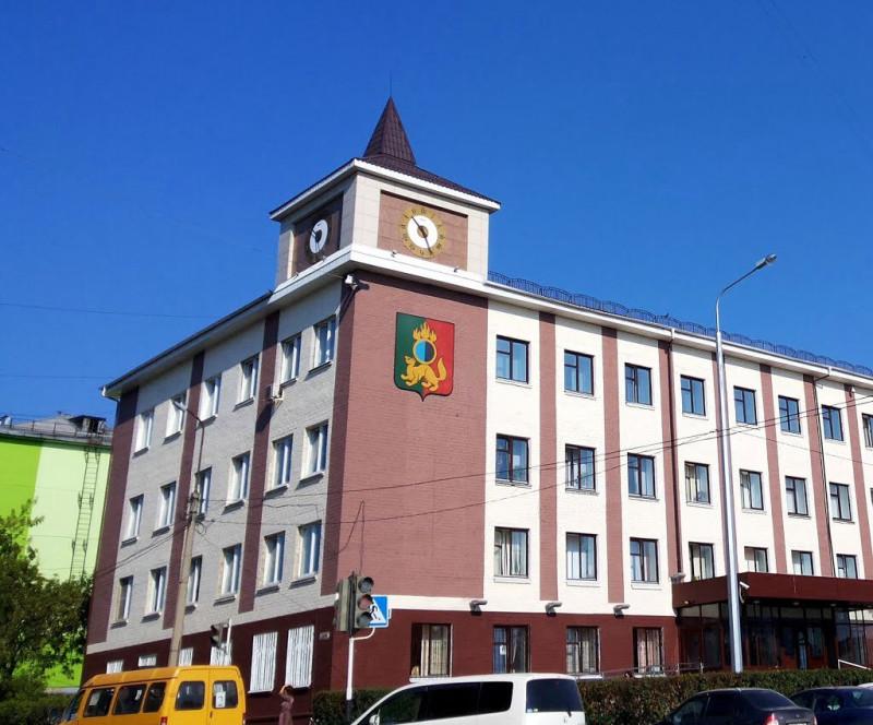 Здание подозрительного цвета, в котором размещена городская администрация