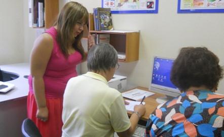 Добровольцы обучают компьютерной грамотности людей старшего поколения