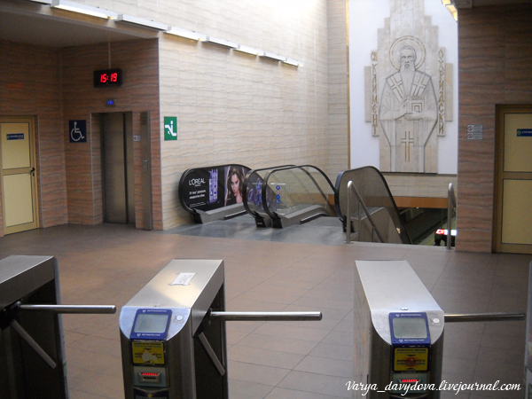 Вход в метро со станции