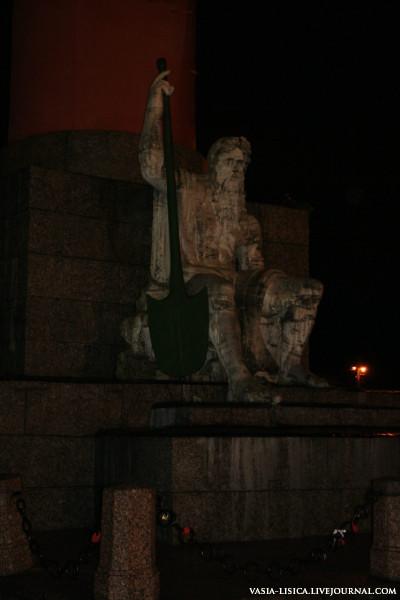 По замыслу Тома де Томона на колоннах разместили ростры, выполненные из металла, полые внутри и украшенные фигурами различных речных бого