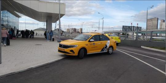 Не понимающие схему привокзальной территории таксисты хаотично разворачиваются.